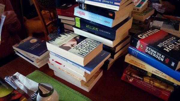 Bücherberge im Markt-Café